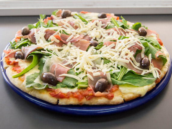 Pizza con rúcula, parmesano y jamón crudo