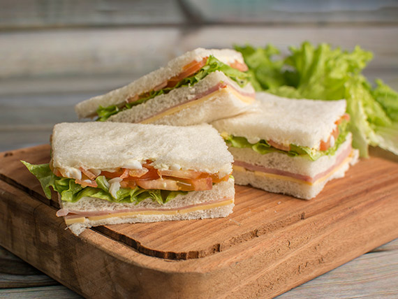 967 - Sándwich triple L´Pecolia jamón, queso, lechuga, tomate y huevo