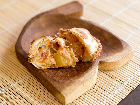 Empanada de mozzarella, chorizo colorado y rodaja de ají