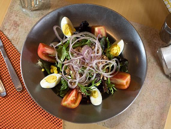 Ensalada de atún, lechuga, zanahoria, tomate,choclo, huevo y cebolla morada