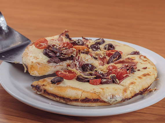 Pizza mediterránea con borde relleno