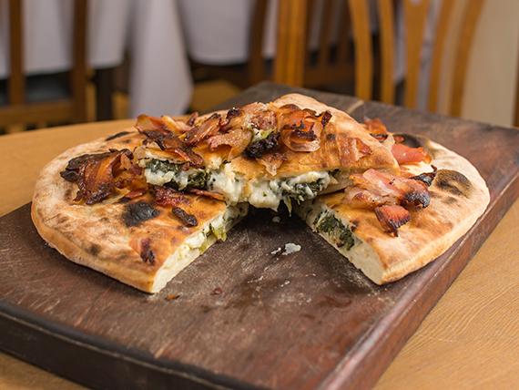 Pizza con panceta rellena (8 porciones)