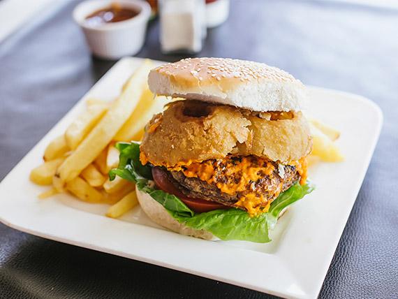 Sándwich de hamburguesa con aros de cebolla