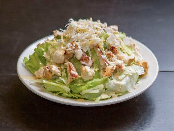 Salada de alface americana com pedaços de frango