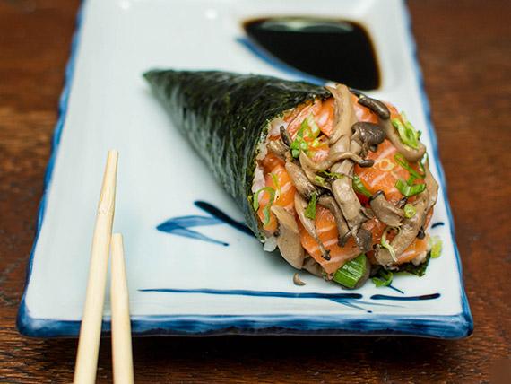 Temaki salmão cogumelo