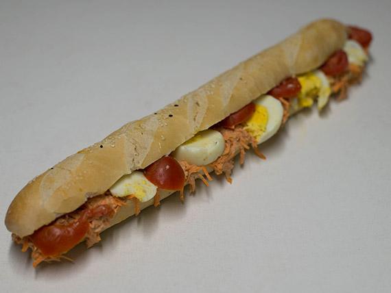 Sándwich de atún, zanahoria, huevo y queso