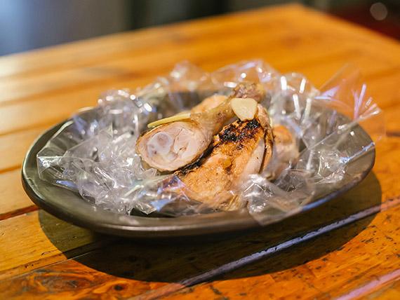 1/2 pollo con 2 guarniciones (comen 2, pican 3)