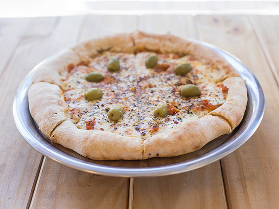 Pizza muzzarella con borde relleno de queso muzzarella