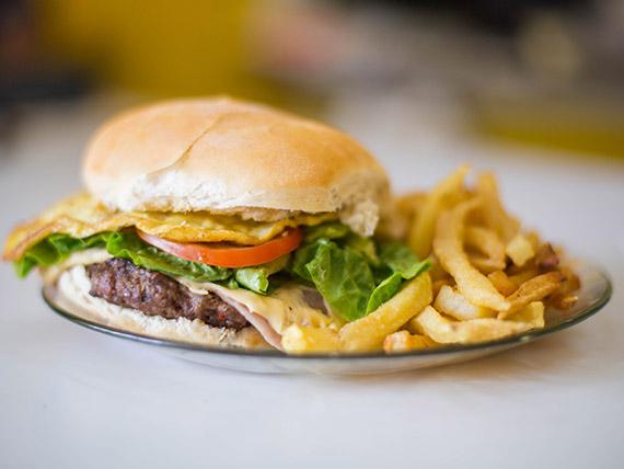 Sándwich de hamburguesa completo con papas fritas