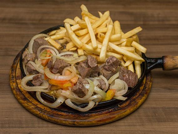 Porção de contra filé na chapa com fritas ou mandioca