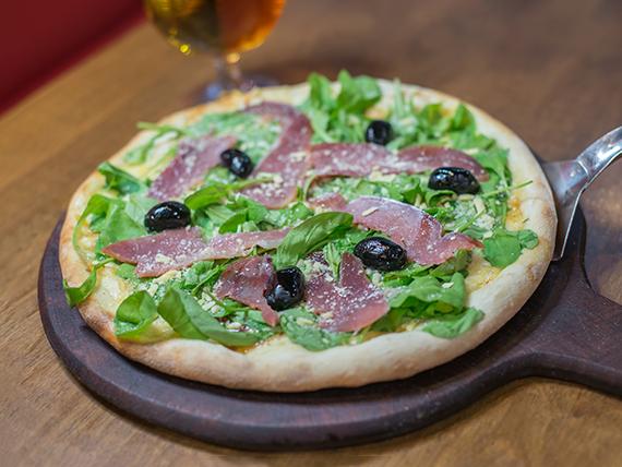 Pizza con jamón crudo y rúcula