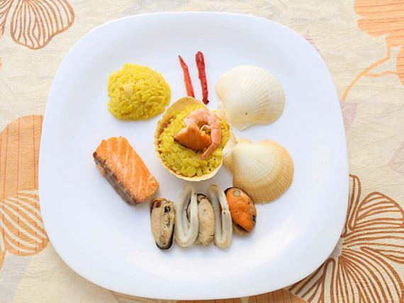 Paella marinera com salmão grelhado (tamanho médio)