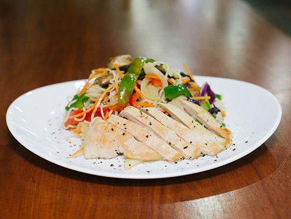 Yakisoba de pollo y vegetales