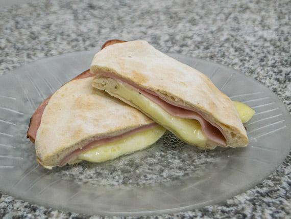 Tostado de jamón y muzzarella en pan árabe