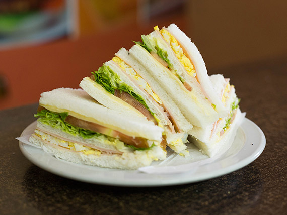 113 - Sándwich triple de jamón cocido, queso, lechuga, tomate, huevo y mayonesa
