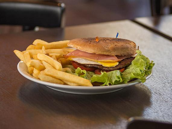 Sandwich completo de hamburguesa con papas fritas