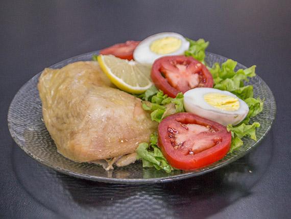 1/4 de pollo con guanrición
