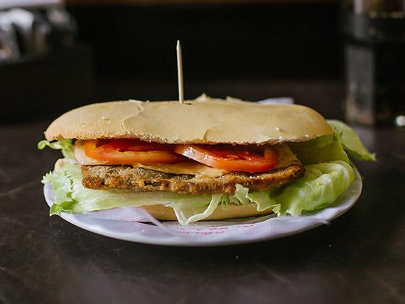 Promo - Milanesa  con jamón, queso, lechuga y tomate + lata gaseosa + potato chips