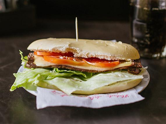 Promo - Lomito  con jamón, queso, lechuga y tomate + lata gaseosa + potato chips