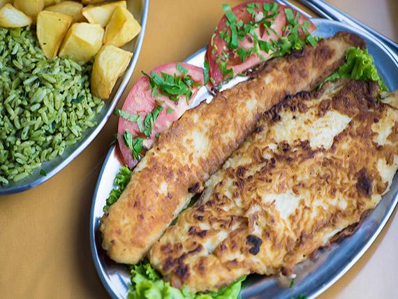 Filé de peixe à dorê com arroz à grega e batata soutê