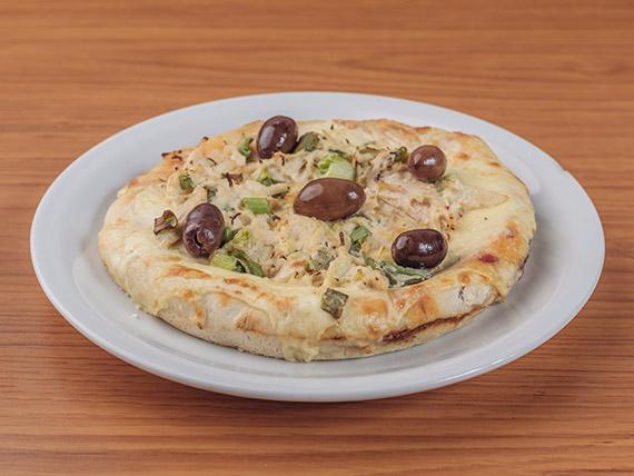 Pizza con pollo a la crema de verdeo y borde relleno