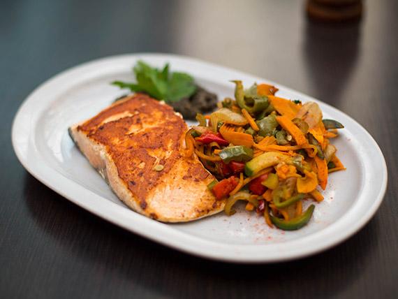 Salmón rosado a la plancha con verduras al wok