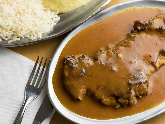 Filezinho ao molho madeira com arroz e purê de batatas
