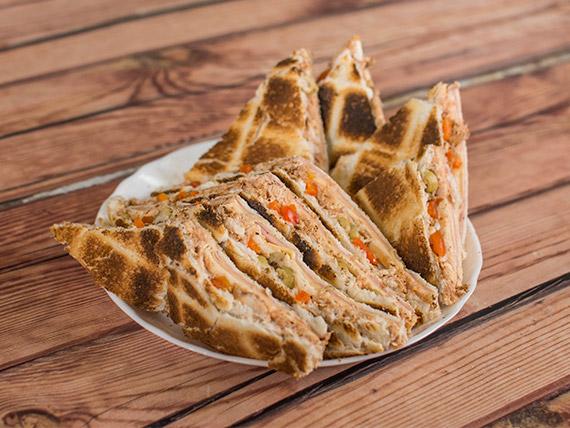 Sándwich carlitos de pollo y aceitunas