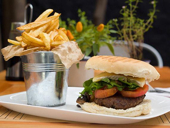 Sándwich de hamburguesa Emperador con papas fritas