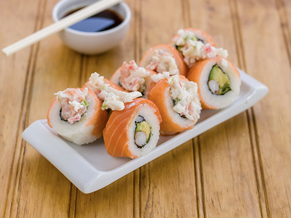 300 - Roll de camarón cocido, palta y pimentón bañado en salsa acevichada