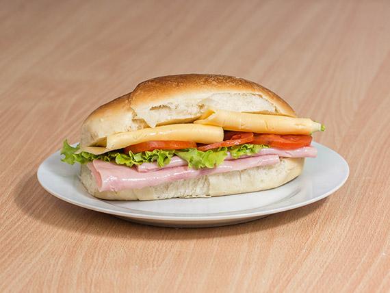 Sándwich de jamón cocido, queso, tomate y lechuga