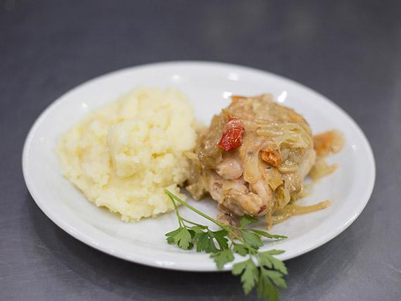Arrolladitos de pollo rellenos con jamón y queso con guarnición