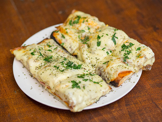 Pizza con muzzarella La Cancha