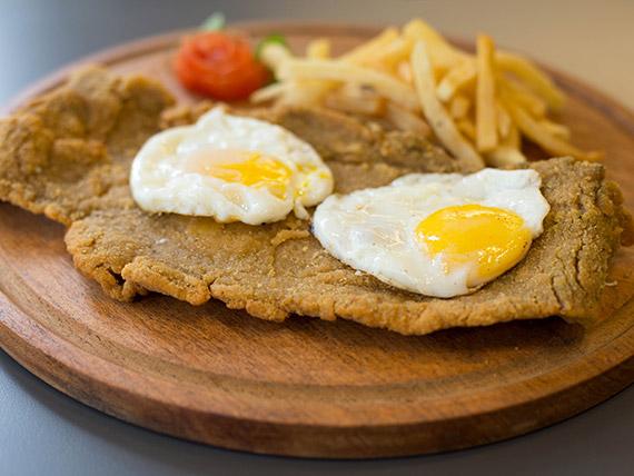 Promo - Milanesa de ternera con dos huevos fritos + papas fritas + gaseosa en lata línea Coca-Cola 354 ml