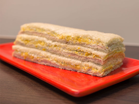 Sándwich de jamón y choclo