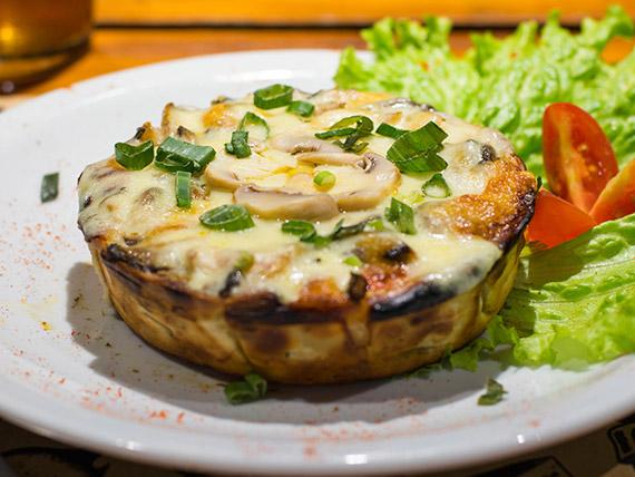 Tarta de mozzarella, hongos, cebollas, morrones y parmesano