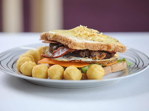 Hamburguesa casera rústica con papas fritas