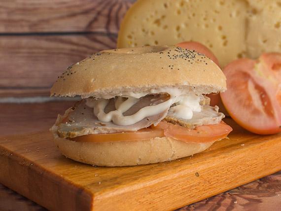 Sándwich bagel con peceto, tomate y crema queso parmesano