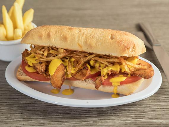 Sándwich de pollo a las brasas en huancaína