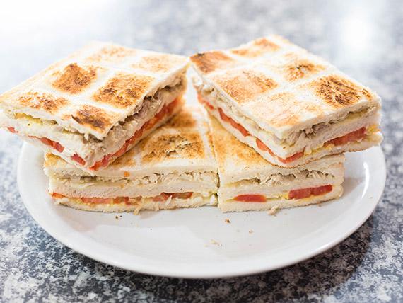 Sándwich caliente triple de pollo, tomate, huevo y aderezos (8 unidades)
