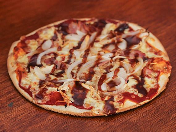 Pizza con BBQ, pollo y tocino