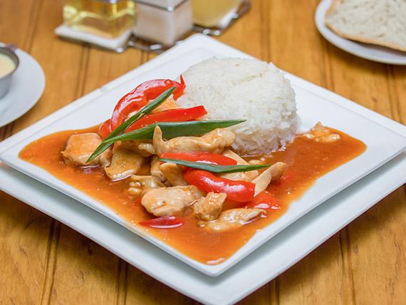 Pollo con salsa de tamarindo y arroz