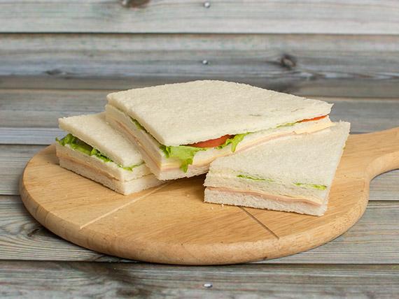 Sándwiches triples de jamón cocido, queso, lechuga y tomate