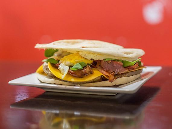 Sándwich de bondiola desmenuzada con rúcula