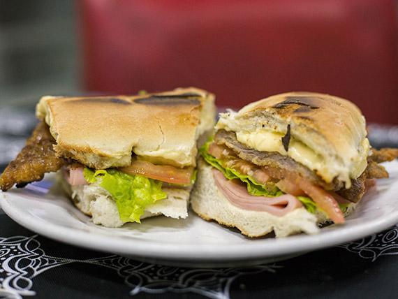 Sándwich familiar de milanesa con queso, lechuga, tomate y mayonesa