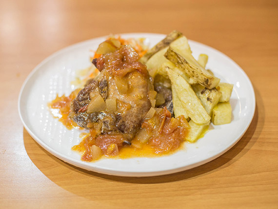 Carré con hueso y salsa cutney agridulce de manzanas y tomates cherrys confit