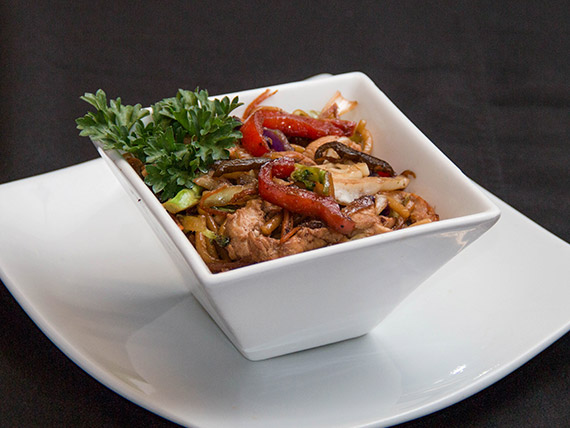 Yakissoba de frango com legumes