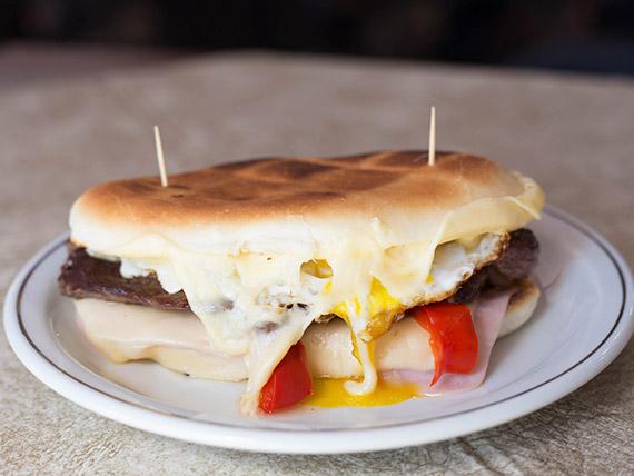 Lomo con queso, morrón, panceta y salsa tártara