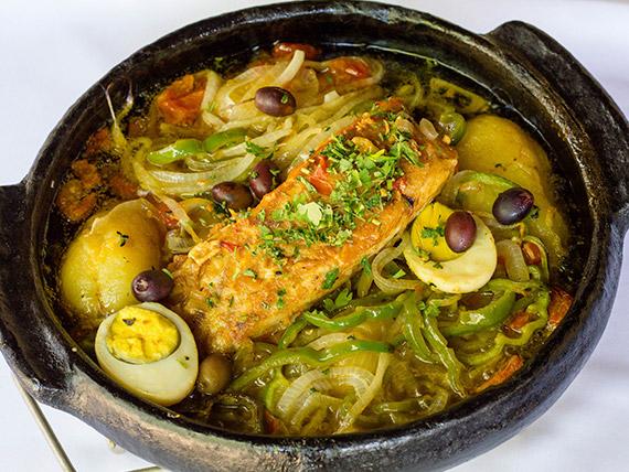 Bacalhoada grelhada com legumes ao molho de alcaparras