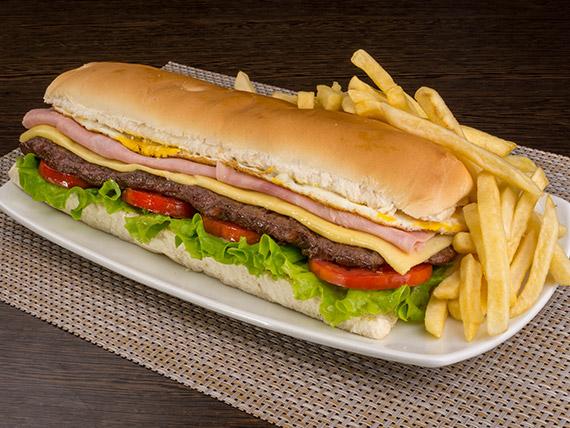 Sándwich clásico de lomo con papas fritas